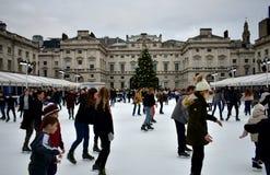 Povos que patinam no gelo em Somerset House Christmas Ice Rink Londres, Reino Unido, em dezembro de 2018 imagens de stock royalty free