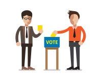 Povos que põem o papel de votação na urna de voto Imagens de Stock