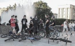 Povos que penduram aproximadamente, lugar frequentado do grupo dos motociclistas Meninos novos que penduram para fora em um lugar Fotografia de Stock Royalty Free