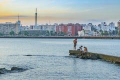 Povos que pescam no quebra-mar, Montevideo, Uruguai Foto de Stock