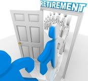 Povos que pisam através da entrada da aposentadoria para aposentar-se Foto de Stock Royalty Free