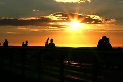 Povos que prestam atenção ao por do sol no cais de San Clemente foto de stock royalty free