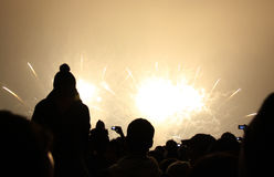 Povos que prestam atenção aos fogos-de-artifício dos 2011 anos novo Imagem de Stock Royalty Free