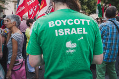 Povos que protestam contra o bombardeio da Faixa de Gaza em Milão, Itália Fotos de Stock Royalty Free