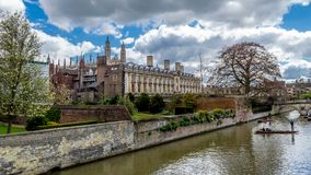 Povos que punting na came do rio com Clare College e Clare Bridge no fundo Imagem de Stock