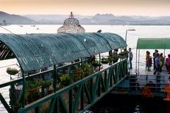 Povos que queing acima para o udaipur do pichola do lago do passeio do barco Imagem de Stock