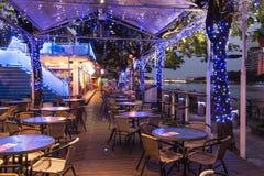 Povos que relaxam em um do alogn dos restaurantes o rio do amor de Kaohsiung, Taiwa Imagem de Stock