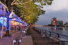 Povos que relaxam em um do alogn dos restaurantes o rio do amor de Kaohsiung, Taiwa Imagens de Stock Royalty Free
