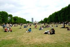 Povos que relaxam no parque Fotografia de Stock Royalty Free