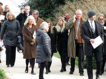 Povos que retiram a catedral nacional após o funeral imagem de stock royalty free