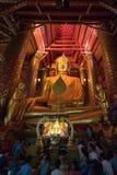 Povos que rezam à Buda no templo de Wat Phra Chao Phananchoeng Imagem de Stock