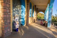 Povos que rezam fora da cidade de Axum Foto de Stock