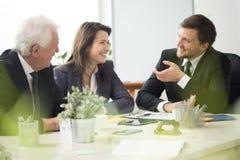 Povos que riem durante a nomeação de negócio foto de stock