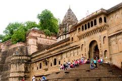 Povos que sentam-se em escadas do forte de Ahilya com as paredes fotografia de stock royalty free