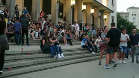 Povos que sentam-se em escadas no centro de cidade, eventos do ar livre, lotes do lixo ao redor, Europa vídeos de arquivo