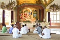 Povos que sentam-se no assoalho da lebre Krishna Temple durban Fotografia de Stock Royalty Free