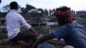 Povos que sentam-se no bote no rio em Hampi vídeos de arquivo