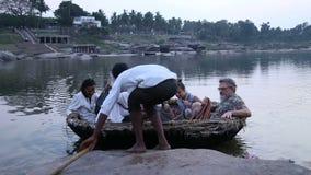 Povos que sentam-se no bote no rio em Hampi filme