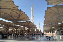 Povos que sentam-se no pátio e nos minaretes visíveis traseiros do Fotografia de Stock