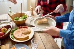 Povos que servem a torta na tabela de jantar Foto de Stock