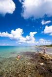 Povos que snorkeling na praia em Cozumel, México Foto de Stock