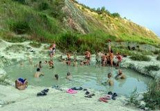 Povos que têm banhos de lama da argila azul Fotografia de Stock Royalty Free