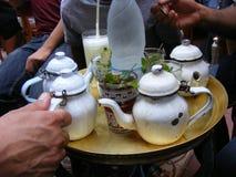 Povos que têm a loja vermelha árabe do café do feshawi do EL do chá em Egito imagem de stock