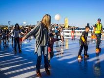 Povos que têm o divertimento com patinagem no gelo Imagens de Stock
