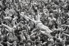 Povos que têm o divertimento em um concerto durante o 2ó Polônia do festival de Woodstock Imagens de Stock