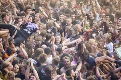 Povos que têm o divertimento em um concerto durante o 2ó Polônia do festival de Woodstock Imagens de Stock Royalty Free