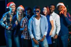 Povos que têm o divertimento na festa de Natal fotos de stock royalty free