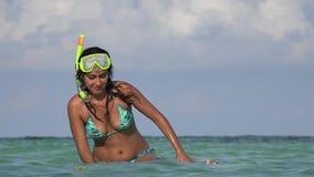 Povos que têm o divertimento na natação do oceano com tubos de respiração video estoque