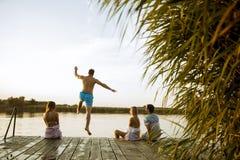 Povos que têm o divertimento no lago em um dia de verão foto de stock royalty free