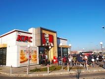 Povos que têm o luch no restaurante de Kentucky Fried Chicken em Bucareste foto de stock royalty free