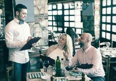 Povos que têm o restaurante rural do jantar imagem de stock royalty free