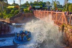 Povos que têm o roller coaster de Kraken do divertimento em Seaworld Marine Theme Park 5 foto de stock royalty free