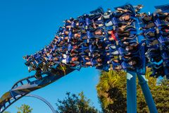 Povos que têm o roller coaster de Ray de Manta do divertimento no fundo lightblue do céu em Seaworld na área internacional 5 da m imagem de stock