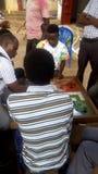 Povos que têm o tempo de lazer em Uganda fotos de stock