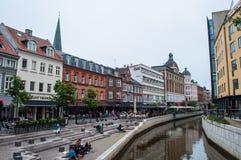 Povos que têm um bom dia nos bancos do canal de Aarhus em um dia de verão fotografia de stock