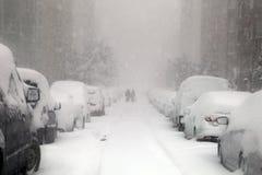 Povos que tentam andar em um dia nevado imagens de stock royalty free