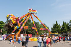 Povos que têm o divertimento no parque de diversões Fotografia de Stock Royalty Free
