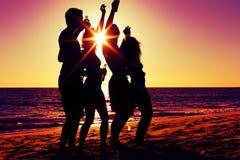 Povos que têm o partido na praia com bebidas Imagem de Stock Royalty Free