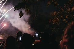 Povos que tomam a foto dos fogos de artifício no telefone celular durante Guy Fawk fotografia de stock royalty free
