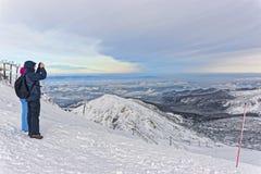 Povos que tomam fotos em Kasprowy Wierch em Zakopane em Tatras Fotos de Stock