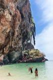Povos que tomam fotos na caverna de Phra Nang fotografia de stock