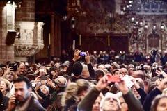 Povos que tomam imagens no espetáculo da catedral de Palma de Majorca Imagens de Stock