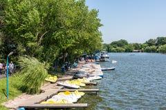 Povos que tomam o passeio da excursão do barco do cais do lago Foto de Stock