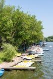 Povos que tomam o passeio da excursão do barco do cais do lago Fotos de Stock Royalty Free