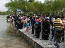 Povos que tomam parte num piquenique fora em Isfahan, Irã foto de stock