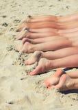 Povos que tomam sol na praia. Foto de Stock